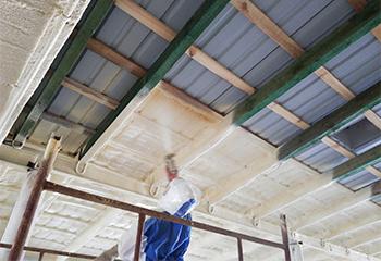 ocieplenie w budynku gospodarczym metodą natryskową